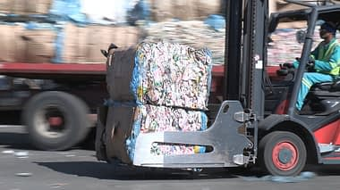Bale-of-liquid-board-packaging-on-forklift---Credit-Mpact